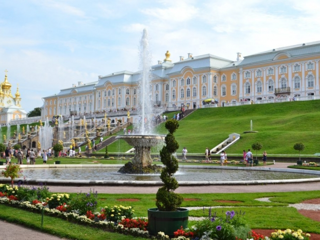 Easy Pace Russia - Peter the Great's summer residence of Petrodvorets, Petergof, Russia